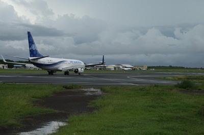Vue de l'aéroport de Pamandzi, côté piste actuelle où est envisagé la construction de la future piste longue (c) Emmanuel Tusevo-Diasamvu