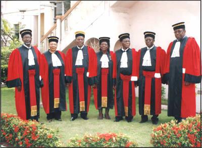 Photo de famille des 7 membres de la Cour constitutionnelle du Bénin, chargée de vider le contentieux électoral et de proclamer les résultats définitifs de la présidentielle du 13 mars. (c) Cour constitutionnelle du Bénin