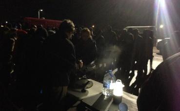 Distribution de nourriture à Ouistreham par les bénévoles. Photo (c) J. Cridling