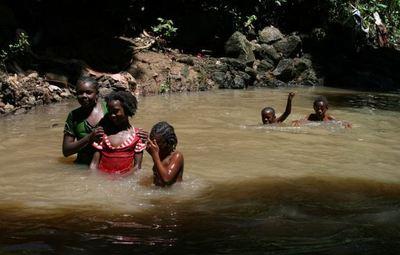 Des enfants se lavent dans la rivière polluée du quartier de Doujani 1 Collège (c) E. Tusevo Diasamvu