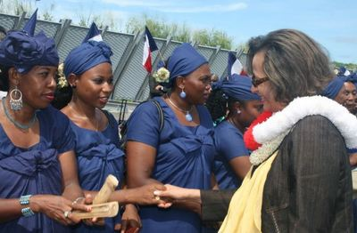 Marie Luce Penchard accueillie par des Mahoraises. (c) E. Tusevo Diasamvu