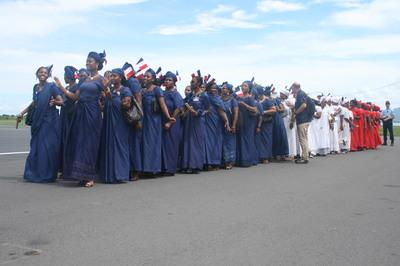 Femmes mahoraises habillées en bleu, blanc, rouge, couleurs du drapeau français. (c) E. Tusevo Diasamvu