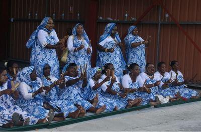 Femmes mahoraises célèbrent le 101e département français au rythme du m'biwi, une danse traditionnelle rythmée par des battements de morceaux de bambou. (c) E. Tusevo Diasamvu