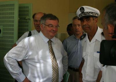 Le ministre de la Justice, Michel Mercier discute avec les responsables de l'administration à Mayotte. (c) Emmanuel Tusevo Diasamvu