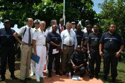Le ministre de la Justice va à la rencontre des surveillants qui ont affiché leurs revendications sur des banderoles sur les grilles de la maison d'arrêt de Majicavo (c) Emmanuel Tusevo Diasamvu
