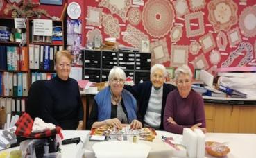 De gauche à droite: Odette, Martine, Jacqueline et Suzanne, les dentelières de Royat. Photo (c) Isabelle Lépine