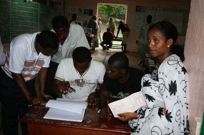 Cantonales mars 2011 : vérification des identités avant de voter à Brandrele au sud de Mayotte (c) E. Tusevo Diasamvu