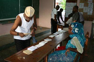 Cantonales 2011 à Bandrelé dans le sud de Mayotte : Un électeur prend les bulletins de vote avant de se rendre dans l'isoloir (c) E. Tusevo Diasamvu
