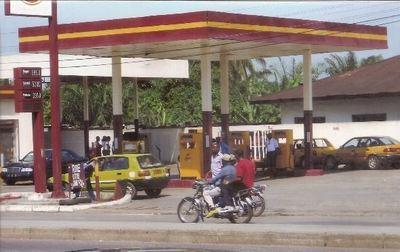 Une station-service de la Ville de Douala au Cameroun (c) Fabrice Tagne