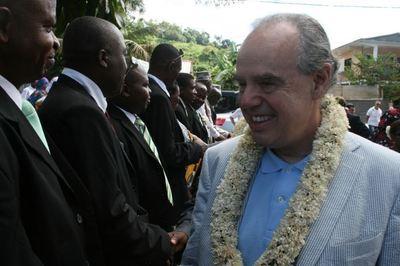 Le ministre de la Culture et de la Communication accueilli par les élus de Mamoudzou pour l'inauguration de la médiathèque de Passamainty (c) E. Tusevo Diasamvu