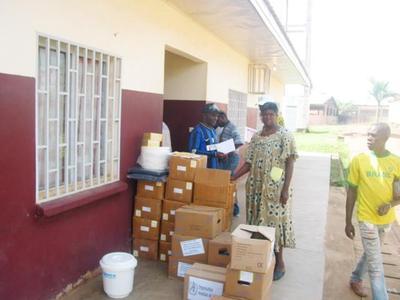 Aide pour lutter contre l'épidemie. Photo (c) Fabrice Tagne