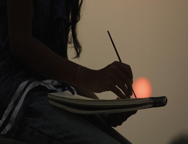 Jeune femme utilisant sa solitude créative (C) Jinali Parikh