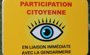 Exemple du panneau de signalisation installé à l'entrée des villes ayant instaurées la Participation citoyenne. (c) Chabe01