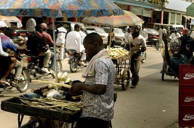 Un marché à Douala (c) W. C. DefenseImagery.mil, U.S. Air Force, Sgt. Jason T. Bailey