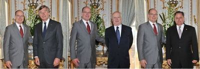 S.A.S. Albert II avec chacun des nouveaux ambassadeurs. Photos (c) Gaëtan Luci / Palais Princier