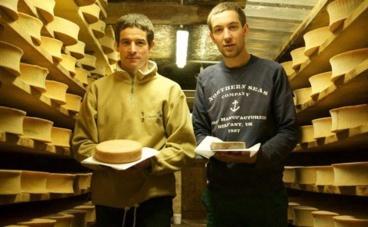 Samuel et Damien Girard-Despraulex (à gauche) ont repris depuis quatre ans, au sein de la ferme familiale, la fabrication du vacherin d'Abondance. Photo (c) Arnaud Degenève