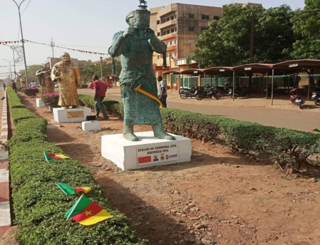 """Statue de bronze en hommage au cinéaste camerounais Pipa Dikongué, lauréat de """"l'Etalon d'or de Yennenga"""" en 1976. Photo (c) A. Tapsoba"""