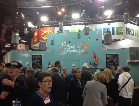 Le bar à coquillages prit d'assaut par un public conquis par les variétés de coquillages proposés en dégustation (c) J.Cridling