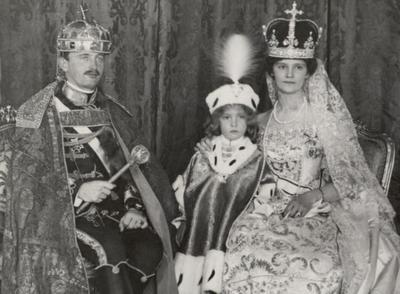 Couronnement du roi Charles IV et de la reine Zita à Budapest le 30 décembre 1916, et le jeune Otto de Habsbourg (c) Heinrich Schuhmann, Wien