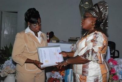 La directrice de Cathy Esthétique remettant le diplôme de fin de formation à une apprentie coiffeuse (c) R. A. Dide