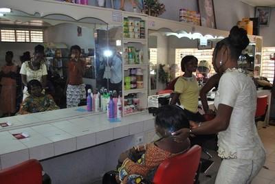 Un salon de coiffure bien équipé (c) R. A. Dide