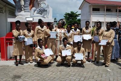 photo de famille des entreprenantes à la fin de la cérémonie de remise des diplômes (c) R. A. Dide