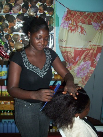 La patronne de Jolyderm en train de coiffer une cliente (c) R. A. Dide
