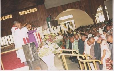 A la cathédrale du centenaire protestant  prière de délivrance de l'assemblée contre les maux (c) référence plus