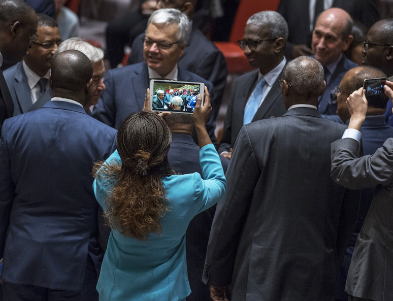Le Secrétaire général de l'ONU, António Guterres, en compagnie de délégués à la réunion du Conseil sur la Force commune du Groupe des cinq pour le Sahel. United Nations Photo - octobre 2017