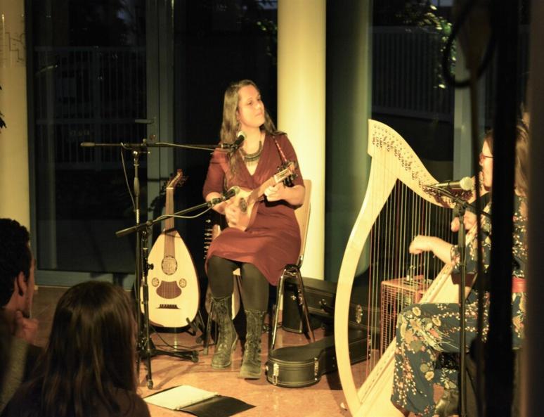 Maëlle Coulange jouant du oud (c) Frédérique Gelas