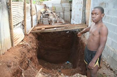 Fayirdine Ahmed, l'adolescent de 16 ans devant le fossé où il a découvert le cadavre de la fillette (c) Emmanuel Tusevo Diasamvu