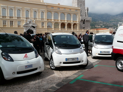 Des véhicules électriques sur la place du Palais (c) Islem Salmi