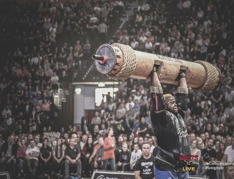 Iron Biby soulevant une charge de 220 kg. (c) I.Biby