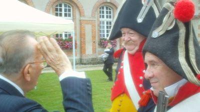 Yvon Gattaz accueilli par les Hussards de la Garde Napoléonienne. Photo Jean-Louis Courleux
