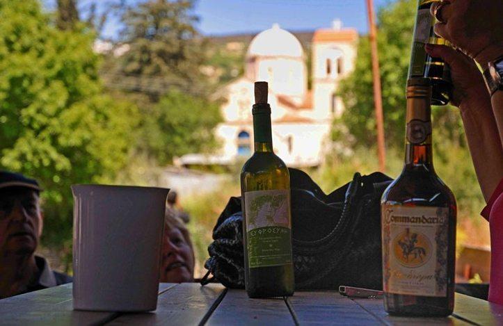 Quand est ce qu'on va ouvrir cette bouteille ? Photo (C) Ibrahim Chalhoub