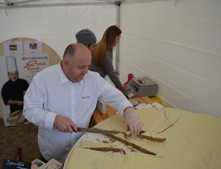 Franck Petit et son Saint-Marcellin géant en chocolat (c) Frédérique Gelas