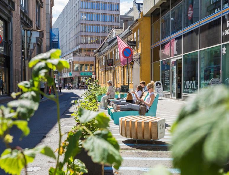 Dans la ville, de nombreux espaces publics sont présents pour rendre la ville aux piétons (c) www.oslo.kommune.no