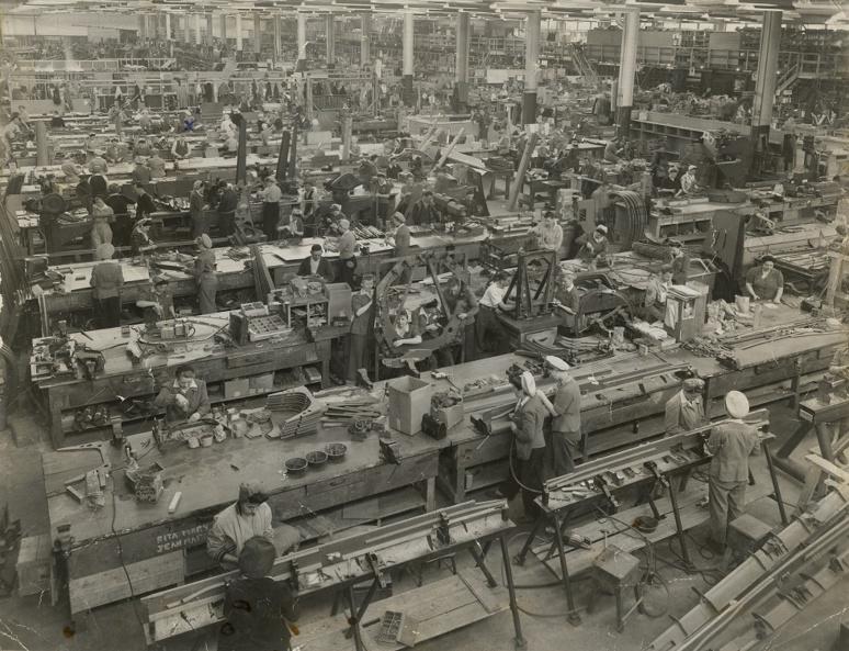 Dans les années40, des ouvriers, pour la plupart des femmes, fabriquaient des pièces pour des avions Curtis Helldiver à l'usine de la Canadian Car and Foundry située à Fort William, en Ontario. (c) musée canadien de l'histoire