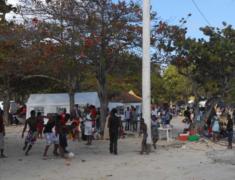 Une ambiance très festive s'installe sur la plage (c) travel2Guadeloupe.com