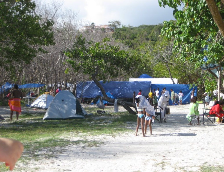 Plusieurs installations de campement sur la plage (c) Christelle