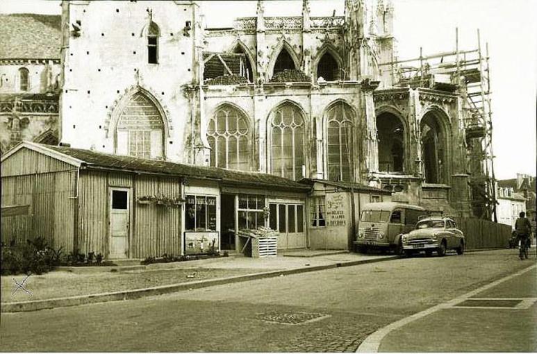 Au premier plan à gauche, le kiosque de fleurs appartenant à ses parents situé rue Brébisson. © André Dangoisse