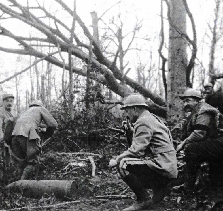 Découverte d'un obus de 210 au Bois Carré à Vienne-le-Chateau, Marne, janvier 1916. Collection Bibliothèque Municipale de Dinan.