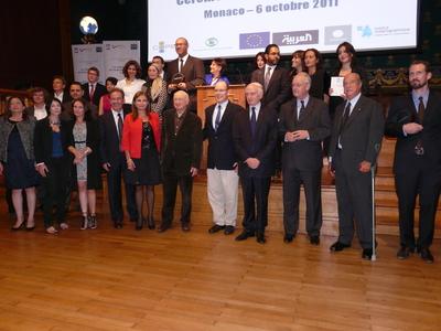 Les lauréats du prix du journalisme 2011 autour de S.A.S le Prince Albert II et du jury (c) Islem Salmi