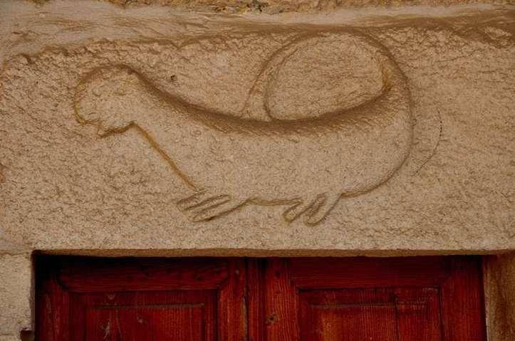 Dinosaure sur la porte d'une ancienne église ! Photo (C) Ibrahim Chalhoub