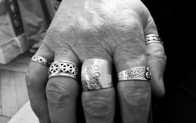 Motifs celtiques et bagues en argent. Photo (c) Isabelle Lépine