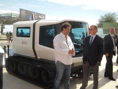 S.A.S le Prince Albert II de Monaco et Gildo Pallanca Pastor qui lui présente l'avancée de son projet sur le véhicule électrique à chenilles qui devrait, l'an prochain, être le premier à rejoindre le pôle sud lors d'une mission scientifique Antartica avec la Fondation (c) Jean-Louis Courleux