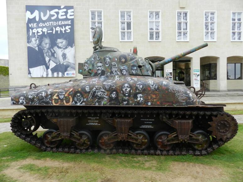 """Le char """"Sherman"""", devenu une oeuvre mémorielle, installé sur le parvis du Mémorial """"La guerre des civils"""" de Falaise. © J. P."""