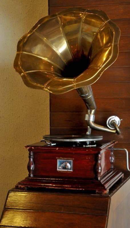 l image du jour phonographe gramophone. Black Bedroom Furniture Sets. Home Design Ideas
