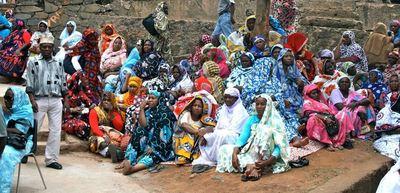 Groupe de femmes en deuil. Photo (c) Emmanuel Tusevo Diasamvu