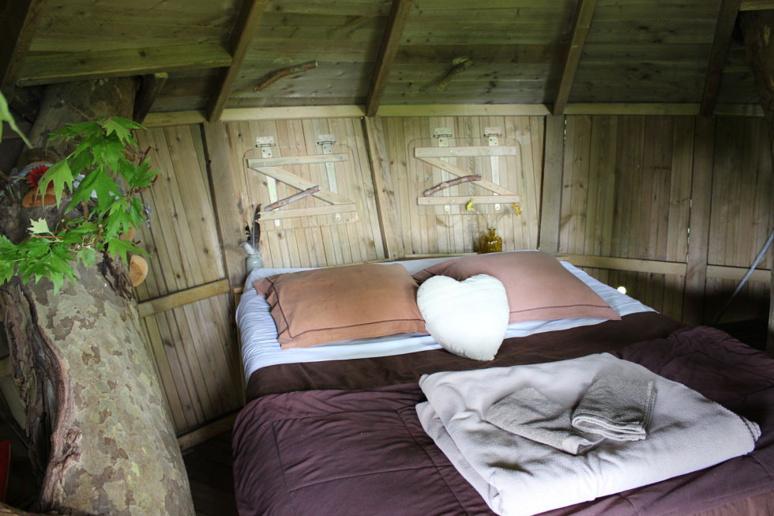 """Une ambiance romantique et cocooning dans la cabane """"Nid d'aigle"""". © J. P."""